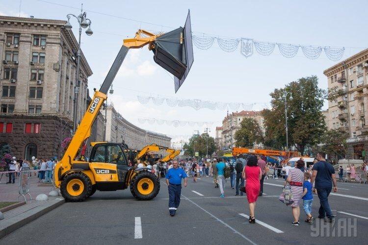 Шоу экскаваторов в Киеве на Крещатике