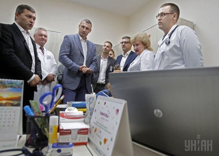Мэр Киева Виталий Кличко во время открытия амбулатории общей практики семейной медицины