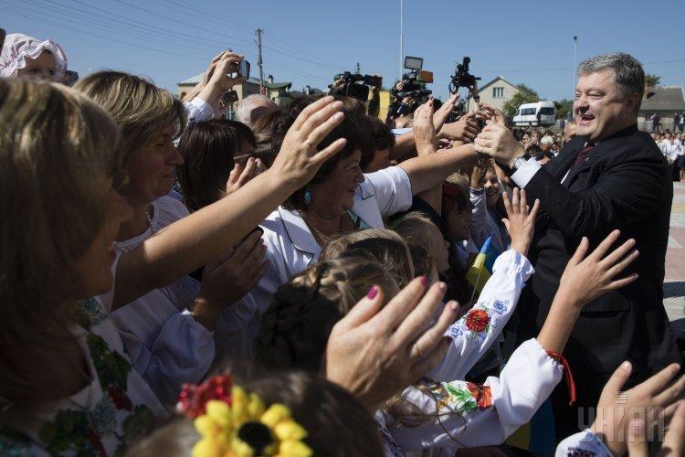 Президент Украины Петр Порошенко общается со школьниками во время церемонии открытия новой школы-гимназии I-III ступеней во Львовской области