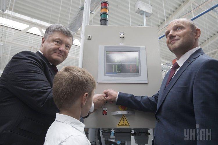 Президент Украины Петр Порошенко во время открытия новых мощностей завода Электроконтакт Украина.