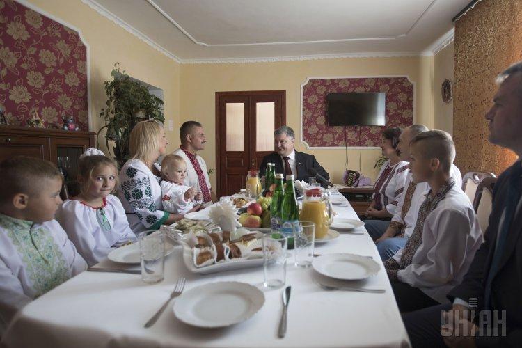 Президент Украины Петр Порошенко посетил многодетную семью. Семья проживает в с. Навария Пустомытовского района. Воспитывает четверых детей. Отец - участник боевых действий в составе миротворческой группы в Республике Югославия