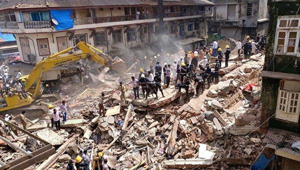 Пожарные и спасатели ищут выживших на месте рухнувшего здания в Мумбаи
