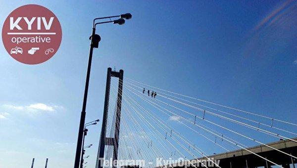 В Киеве горе-руферы застряли на мосту