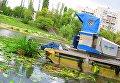 Русановский канал в Киеве чистят при помощи специальных плавающих танков
