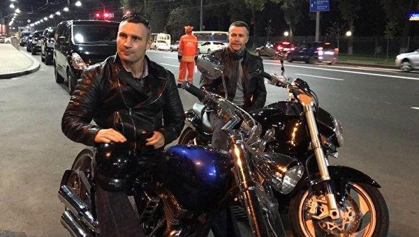 Клично катался намотоцикле, проверяя качество дорог вКиеве