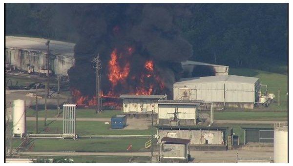 Крупный пожар на химзаводе в Техасе