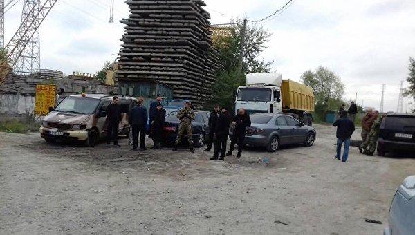 Люди в камуфляже на точке незаконной добычи песка в Киеве