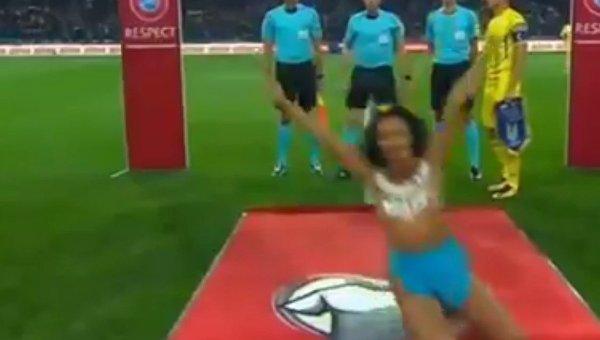 Активистка Femen выбежала перед матчем в Харькове с надписью на оголенной груди