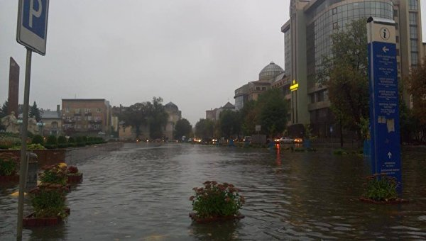 Затопленная после дождя улица Ивано-Франковска