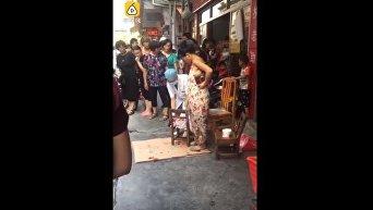 Китаянка родила на улице. Видео
