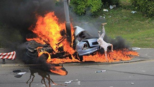 Мужчина выбрался из горящего автомобиля в Киеве