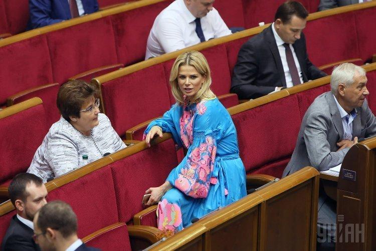 Народные депутаты Татьяна Донец, Елена Ледовских во время заседания Верховной Рады Украины, в Киеве, 5 сентября 2017 г.