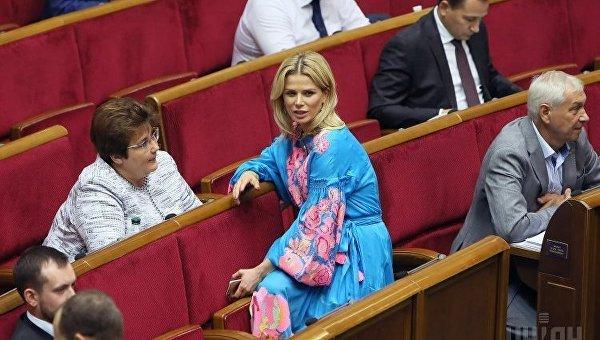 Народные депутаты Татьяна Донец, Елена Ледовских во время заседания Верховной Рады Украины, в Киеве. Архивное фото