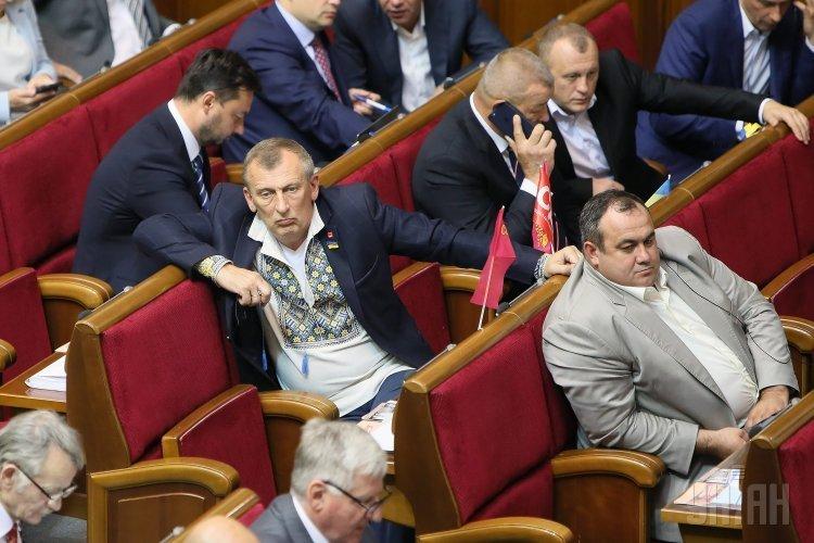 Народный депутат Александр Сугоняко, слева, во время заседания Верховной Рады Украины, в Киеве, 5 сентября 2017 г.