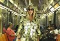 Звезда Playboy проехалась в метро в платье из долларов