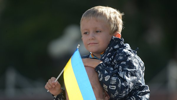 Ребенок с флагом Украины. Архивное фото