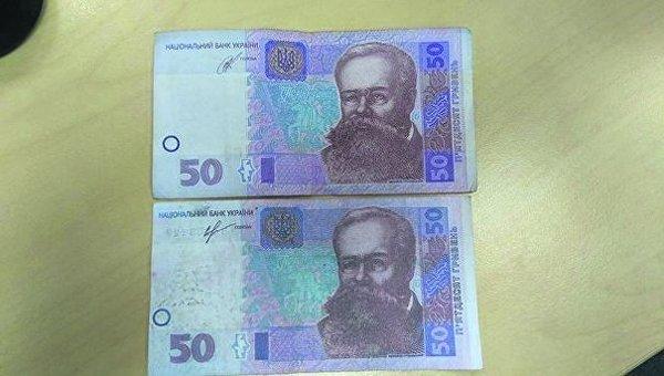 Фальшивая 50-гривневая купюра немного меньше по размеру, картинка размыта.
