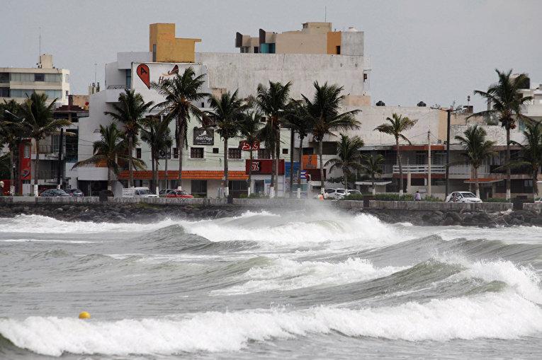 Волны прорываются над морской стеной впереди урагана Катя в Веракрусе