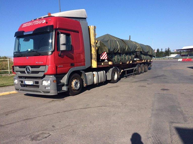 Армейские тягачи с военной техникой недалеко от ПП, куда прибудет Михаил Саакашвили