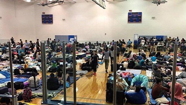 Эвакуированные люди из эпицентра урагана во Флориде