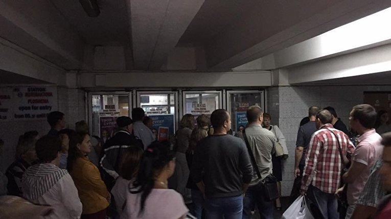 В киевском метро сильный дым, людей эвакуировали