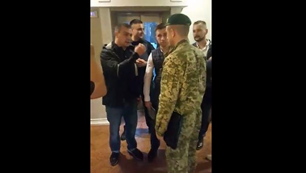 Пограничники и полиция во львовском отеле, где остановился Саакашвили