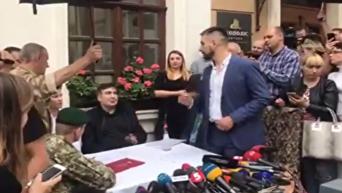 Саакашвили вышел к СМИ после получения протокола. Видео