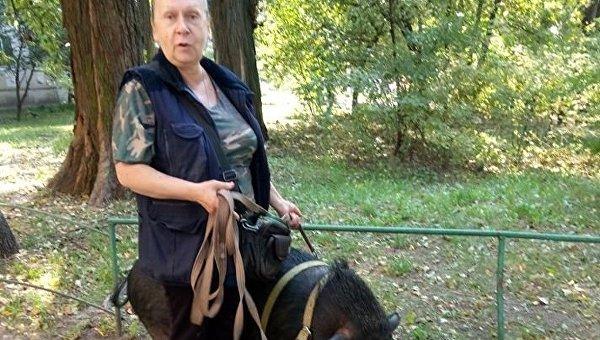 Женщина с домашним питомцем - свиньей
