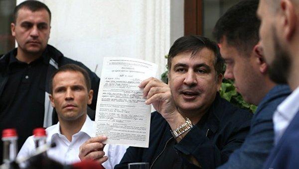 Экс-председатель Одесской ОГА Михеил Саакашвили держит протокол об административном правонарушении, на улице перед входом в гостиницу Леополис, во Львове, 12 сентября 2017 г.