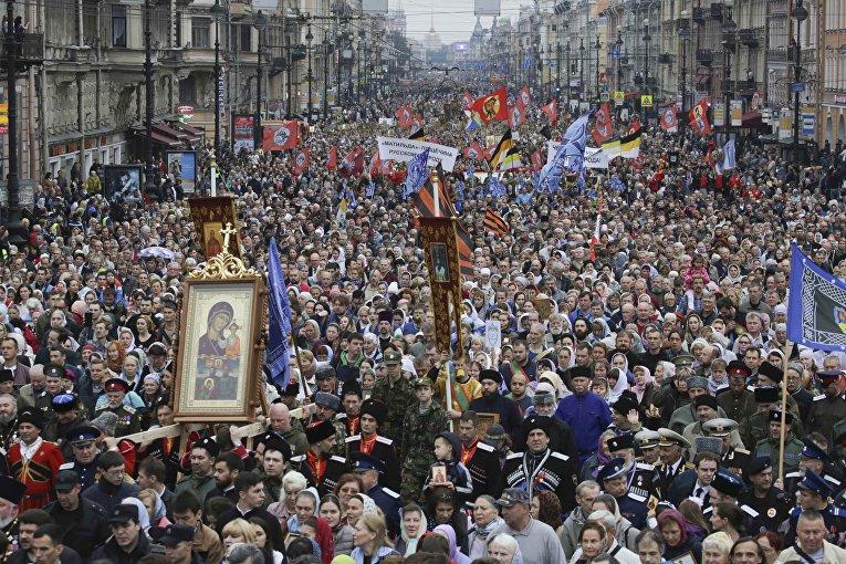 Православные верующие и духовенство принимают участие в религиозном шествии, отмечая годовщину передачи мощей святого Александра Невского из города Владимира в монастырь в Санкт-Петербурге, Россия.