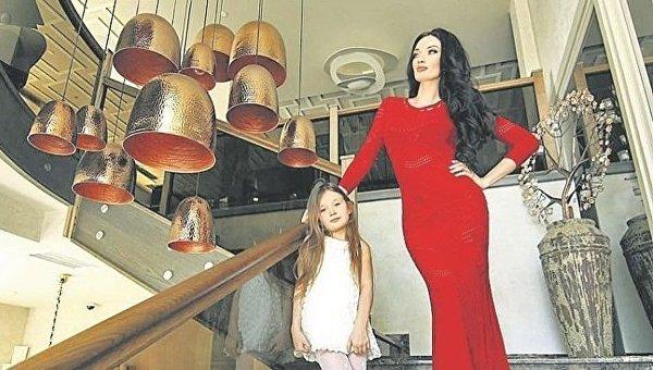 Наталья Целовальникова, пострадавшая при взрыва автомобиля в центре Киева, с дочерью