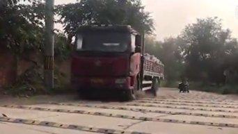 Дорога в столице Китая с 600 лежачими полицейскими. Видео