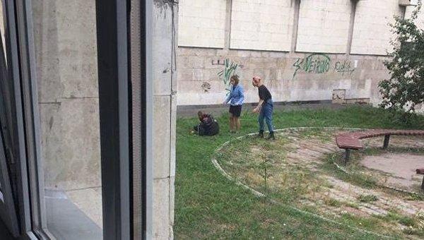 В Киеве возле КПИ молодой мужчина перерезал себе горло