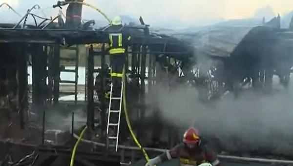 На месте пожара в недостроенном ресторане на Русановской набережной в Киеве, 14 сентября 2017