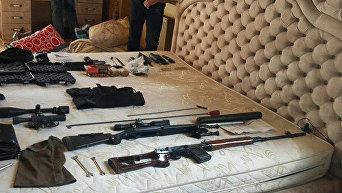 Спецназ задержал 8 иностранцев с оружием и $36 тысячами в селе под Херсоном