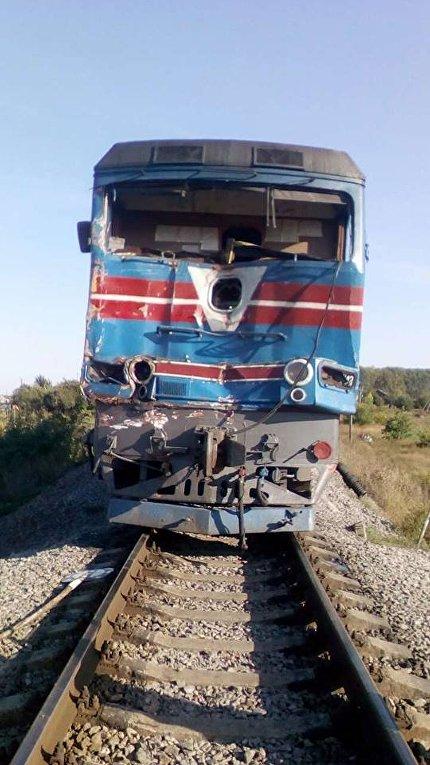 Поезд после столкновения с КамАЗом в Харьковской области, 14 сентября 2017
