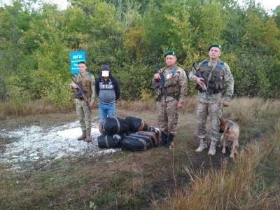 Награнице схвачен мужчина, пытавшийся пронести из РФ 500 шапок
