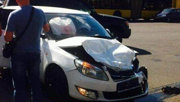 Тяжелый сейф упал на авто в Киеве
