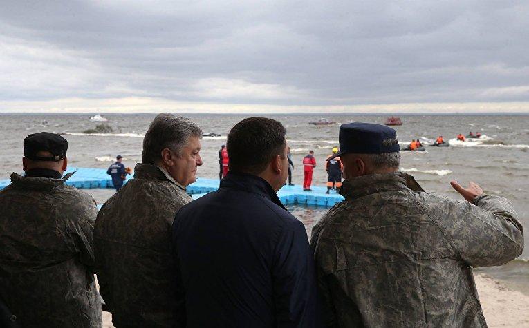 Накануне Дня спасателя президент Петр Порошенко посетил учения ГСЧС в Киевском море.