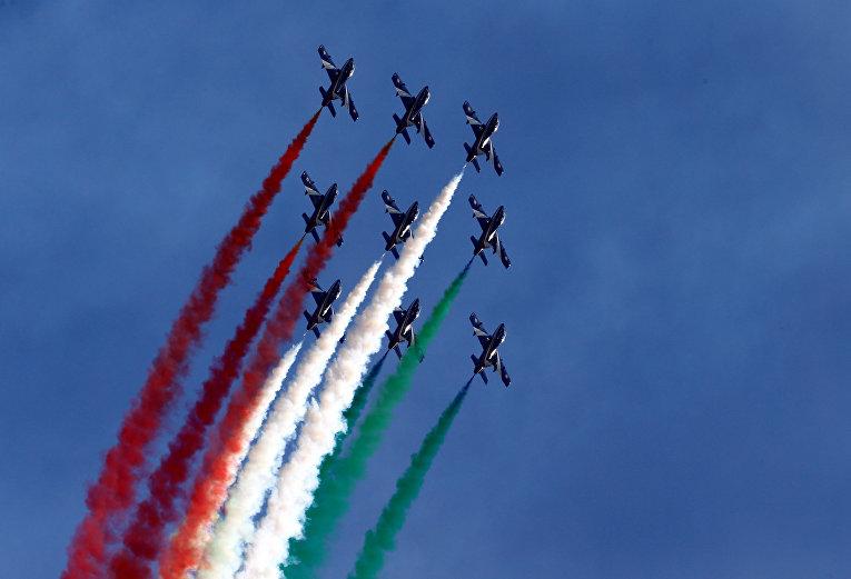 Итальянский пилотажный отряд Frecce Tricolori выступает на авиасалоне Breitling в Сионе, Швейцария.
