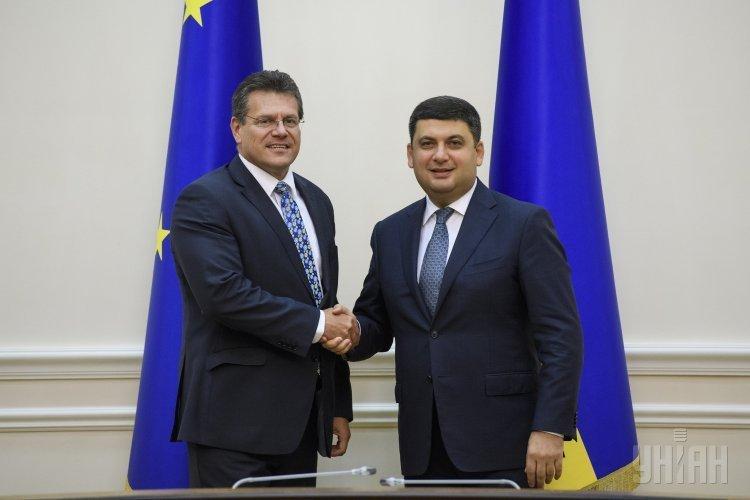 Премьер-министр Украины Владимир Гройсман и вице-президент Европейской Комиссии по вопросам Энергетического Союза Марош Шефчович во время встречи в Киеве.