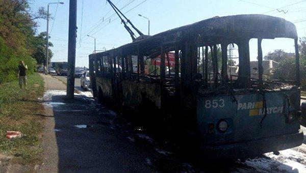 В центре Одессы дотла сгорел троллейбус