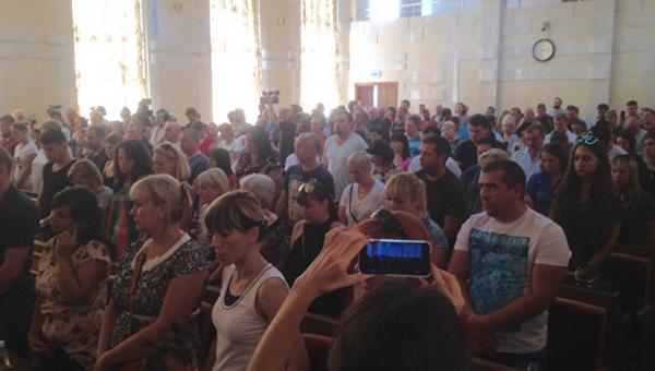 В Одессе проходит встреча родителей детей из сгоревшего лагеря Виктория с губернатором Максимом Степановым и главой полиции Дмитрием Головиным