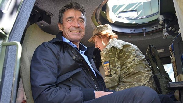 Бывший генсек НАТО Андерс Фог Расмуссен посетил позиции ВСУ в Донбассе