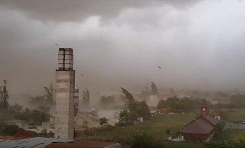 Ураган сносит крыши: видео стихии, которая движется из Румынии в Украину