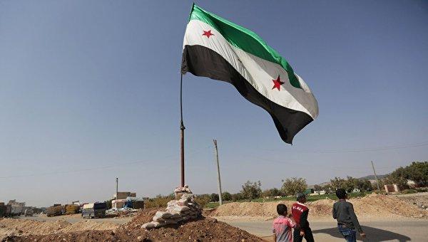 Флаг сирийской оппозиции в городе Азаз на севере Алеппо