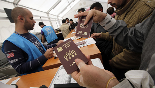 Сирийские беженцы стоят в очереди на регистрацию
