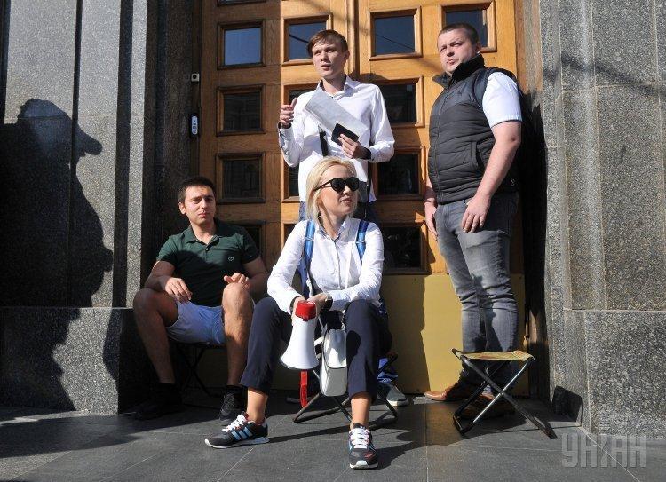 Активисты требуют пустить их на заседание Харьковского горсовета.