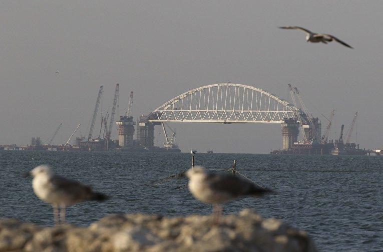 Вид на железнодорожную арку Крымского моста.