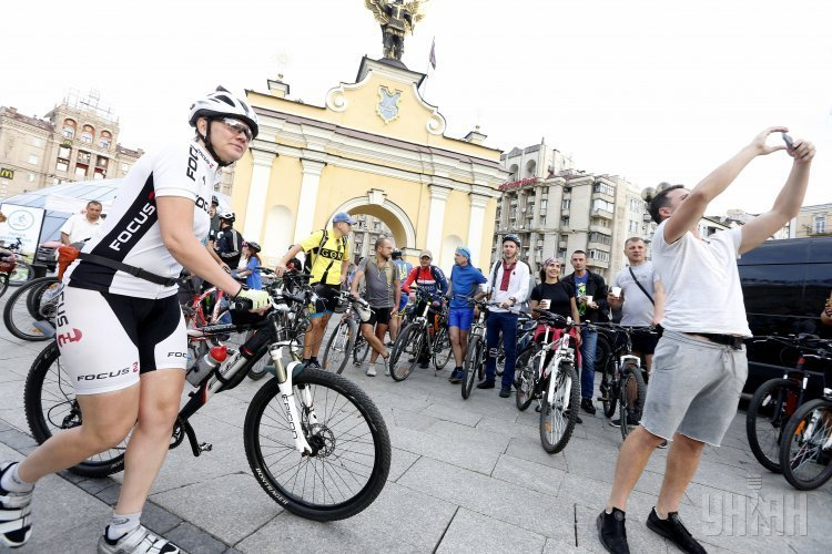 Участники флешмоба На велосипеде на работу в рамках Всемирного Дня без автомобиля.